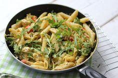 Zin in een lekker en snel avondmaal? Maak dan eens pasta met kip-pesto saus. Het is niet alleen super snel klaar, maar ook nog eens makkelijk en lekker!