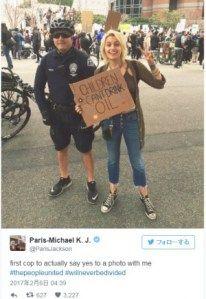 マイケルジャクソン愛娘パリスデモ参加中に警官とピースサイン