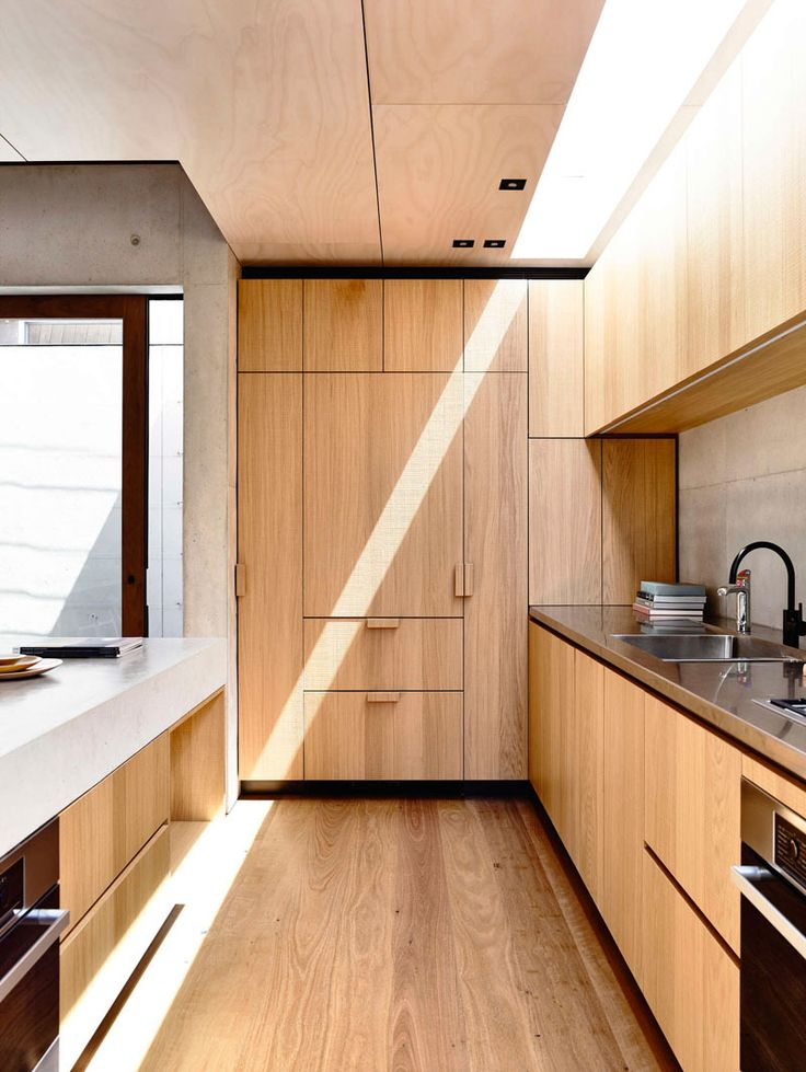 cozinha-de-madeira-no-piso-teto-e-armarios-com-geladeira-integrada