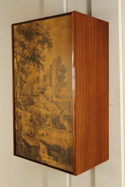 Mobile bar pensile; legno impiallacciato palissandro, ante serigrafate. Buone condizioni, presenta piccoli segni di usura.