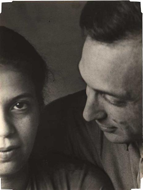 Elizabeth and Andre Kertesz  [lo trovo un ritratto inusuale, per questo mi piace, con i visi tagliati a metà ma ugualmente (o forse di più) espressivi. La posa, lui che guarda lei, lei che guarda lontano]