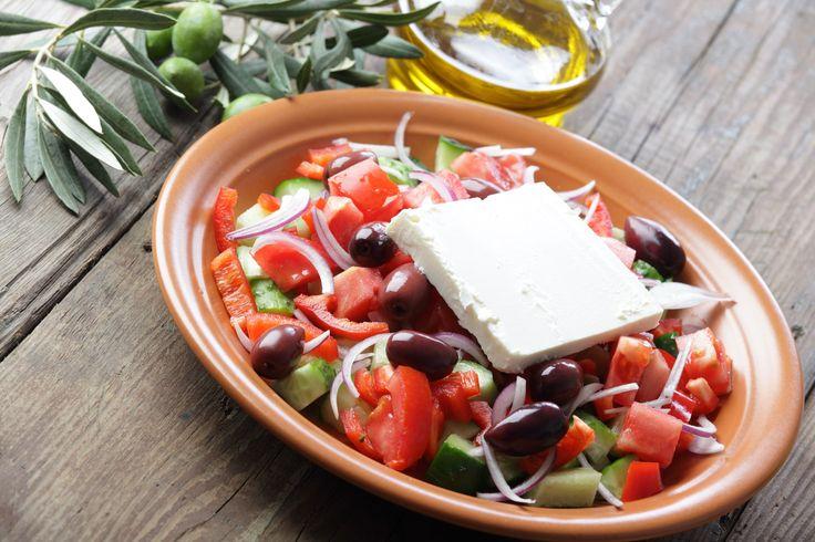 Ελληνική σαλάτα από το Χωριό, μια κλασικά απολαυστική σαλάτα με πλούσια γεύση και αγαπημένα υλικά: φέτα, ελαιόλαδο, ελιές Καλαμών. Καλή όρεξη!