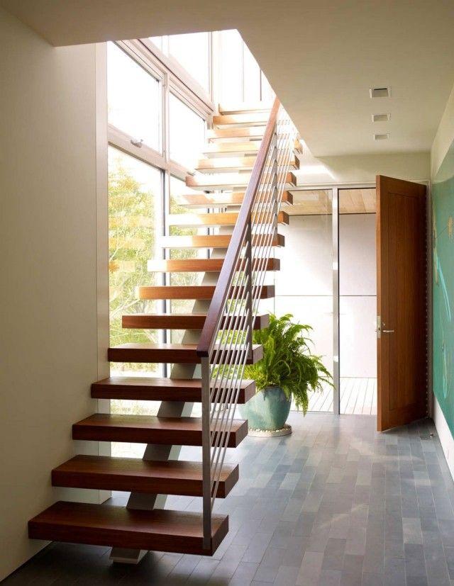 Escalier avec marches en bois et limon central