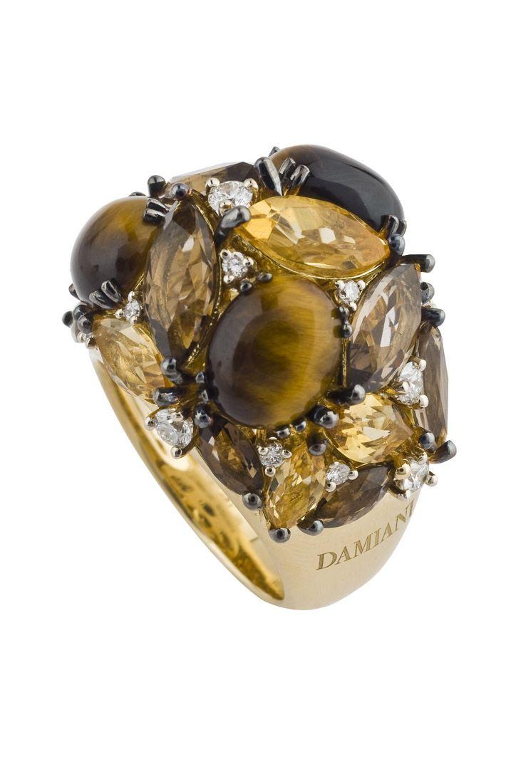 Sortija Dorotea de Damiani, una pieza única elaborada en oro amarillo, cuarzo ahumado, diamantes blancos, cuarzo citrino y ojo de tigre.