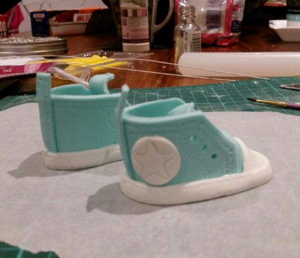 Fondant baby converse booties