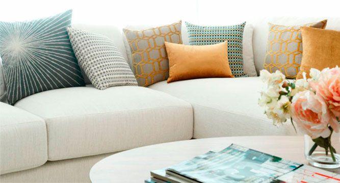 Vestir y cambiar el look de un sofá con diferentes cojines: suntuoso y oriental
