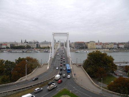 Un des magnifiques ponts de Budapest, vu depuis la colline de Buda