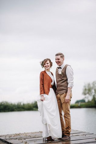 Стильная рустикальная свадьба, жених и невеста на причале - The-wedding.ru