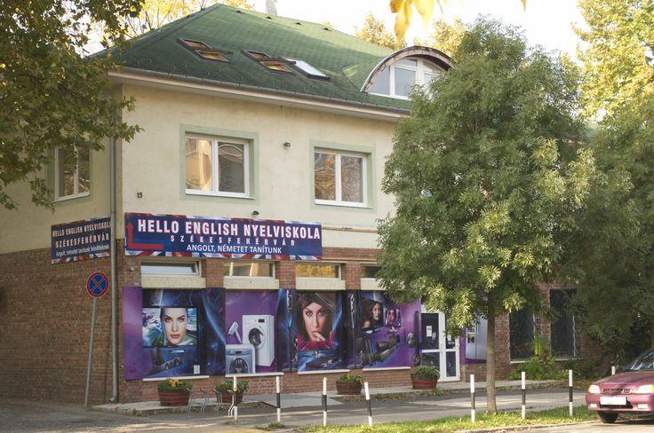 Nyelviskola épületének honlokzata a DEák Ferenc utca felől.