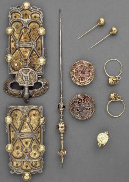 Parure de la reine Arégonde argent, or, grenats, nielle, verre. VIE siècle, époque mérovingienne (486-751), provient de la Basilique Saint-Denis, Musée d'Archéologie nationale, Saint-Germain-en-Laye.
