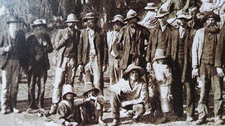 Hierdie gehawende Boerekrygers en - kinders is deur de Britte in Desember 1901 naby Middelburg in die Transvaal gevange geneem