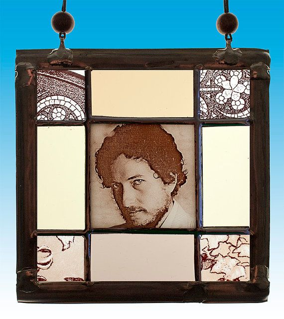 Bob Dylan, small Stained Glass portrait. For sale at the Etsy shop of Stained Glass Elements. Bob Dylan, Bob Dylan glas-in-lood, glas-in-lood portret, gebrandschilderd glas in lood, raamhanger, Bob Dylan glas, kado idee, farbiges Glas...