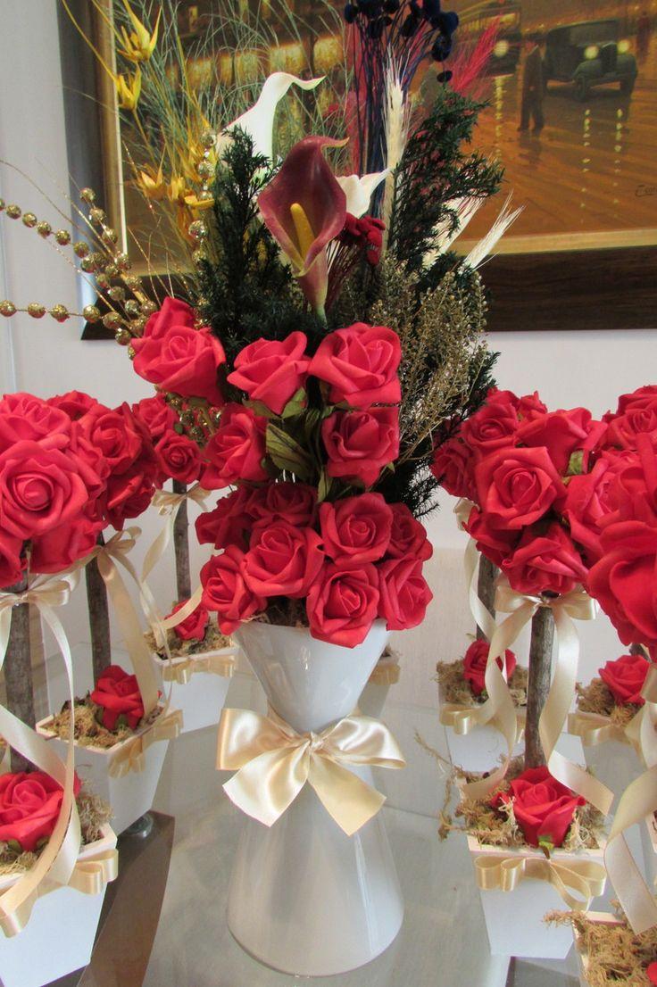 Lindo kit R$518,99 corresponde:    -10 topiaras de rosas vermelhas - centro de mesa convidados;  -1 arranjo vaso de vidro cinturinha fina.    Topiara mede 12x35 cm.alt. contém 12 rosas grandes, vaso grande MDF -fita de cetim na cor champagne    Arranjo na taça de vidro branco mede de alt.65 cm.al...