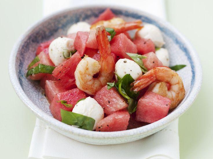 Wassermelonen-Mozzarella-Salat mit Garnelen | Kalorien: 387 Kcal - Zeit: 20 Min. | http://eatsmarter.de/rezepte/wassermelonen-mozzarella-salat-mit-garnelen
