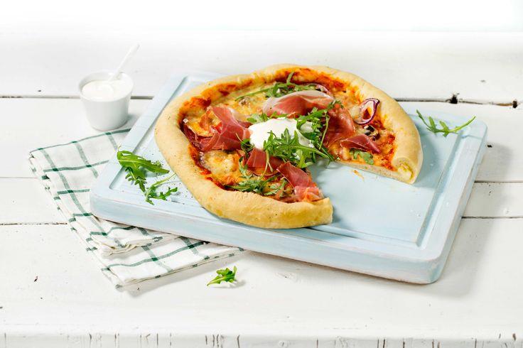 Inni den sprø skorpa skjuler det seg deilig, smeltet ost. Hjemmelaget pizza toppet med spekeskinke, løk, sopp, ruccola og mer ost, er ekstra godt.