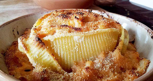 Eccovi un'altra ricetta con le caccavelle, questo speciale formato di pasta, il più grande al mondo, della Fabbrica della Pasta di Gragnano. Le ho preparate con una farcitura di cavolfiori gratinati, insaporiti con acciughe e un cucchiaino di concentrato di pomodoro!