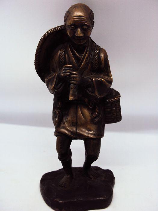 """Bronzen sculptuur herder - Japan - ca. 1900 (Meiji tijdperk)  Japanse bronzen """"okimono"""" sculpturen beginnen te verschijnen in de Meiji-tijdperk in tegenstelling tot ivoren okimono.Volgens expert Takeo Oku curator van de tentoonstelling """"Meesterwerken van Japanse Boeddhistische sculptuur"""" en expert op het gebied van Bunkachō erfgoed het beeld dateert uit de late Meijiperiode (begin 20e eeuw) door de techniek (verloren-was gieten) het gewicht en de meeste vooral voor het gebruik van een base…"""