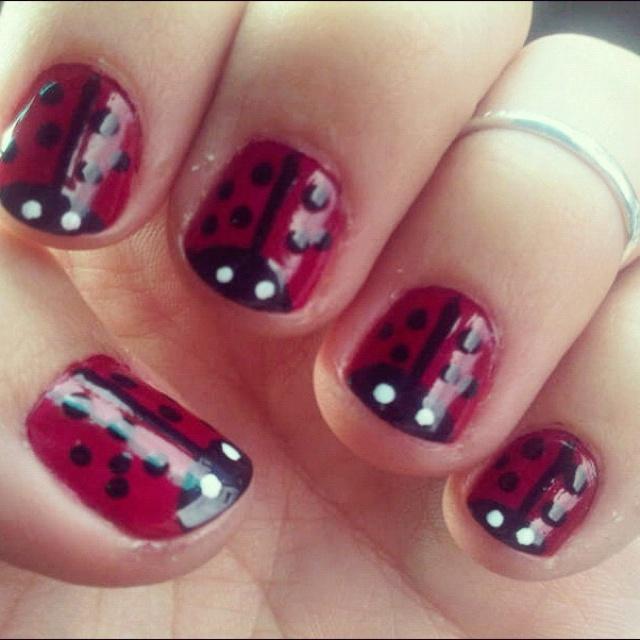 Ladybug nails, nailpolish. pintura de uñas de chinitas, mariquitas.