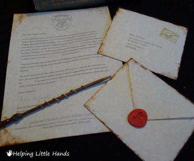 Envía invitaciones que parezcan cartas de aceptación de Hogwarts.