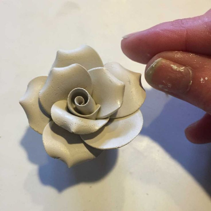 This is a step by step tutorial on how to make a bone china clay rose flower. Click to see a Video Bone china clay is the best flower making clay if want crack free beautiful delicate clay…