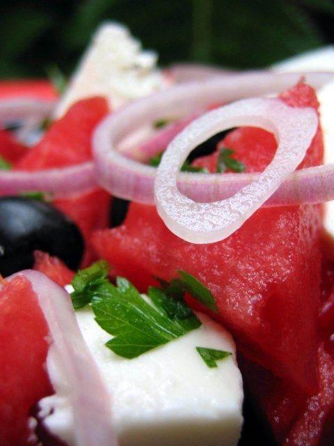 ΥΛΙΚΑ  1½ κιλό περίπου καρπούζι, χωρίς κουκούτσια, κομμένο σε κύβους 2 εκ. 300 γρ. φέτα μέτρια κομμένη σε κύβους 20 ελιές, μαύρες 1 κρεμμύδι κόκκινο, ψιλοκομμένο ροδέλες 3 κ.σ. μαϊντανό ψιλοκομμένο (τα φυλλαράκια) 2 κ.σ. δυόσμο ψιλοκομμένο (τα φυλλαράκια) 4 κ.σ. κρέμα μπαλσάμικου   ΕΚΤΕΛΕΣΗ Σε μια σαλατιέρα ρίχνετε το καρπούζι, τη φέτα, το κρεμμύδι, μαζί με τις ελιές και πασπαλίζετε με το μαϊντανό και το δυόσμο. Αφήνετε τη σαλάτα στο ψυγείο για 1 ώρα. Σερβίρετε, περιχύνοντας με τη...