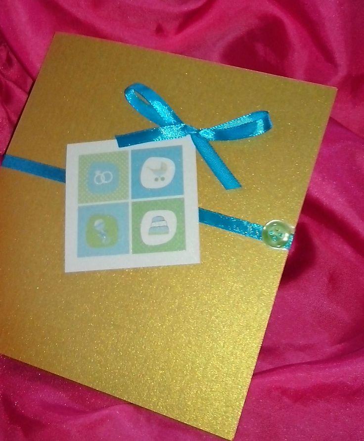Invitatie handmade realizata din cartoane sidefate (auriu si ivoire)siaccesorizata cu o panglica ingusta turquoise si o fundita de aceeasi culoare. Invitatia se inchide cu un nasturel. 4,5 RON* *...