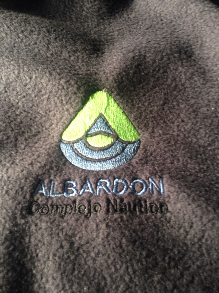 Aplicacion del muevo logo de Complejo Albardon en un buzo para el personal.