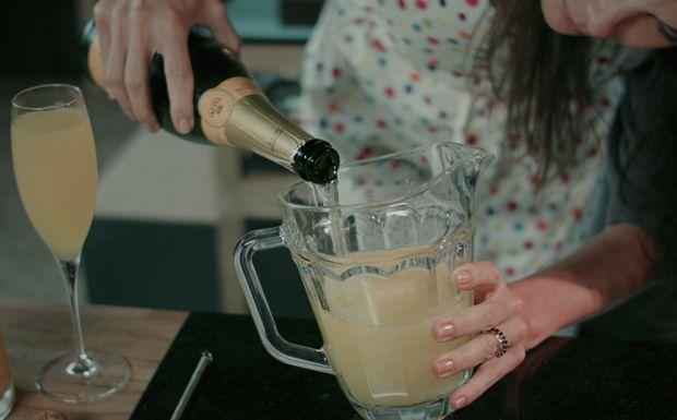 Com suco de pêssego e espumante, a bebida fica leve e adocicada