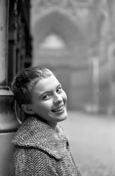 deshistoiresdemode: Jean Seberg bij de kathedraal in Rouen, foto door Jack Garofalo Ze filmen was Otto Preminger & rsquo; s Saint Joan, 1957, haar eerste film