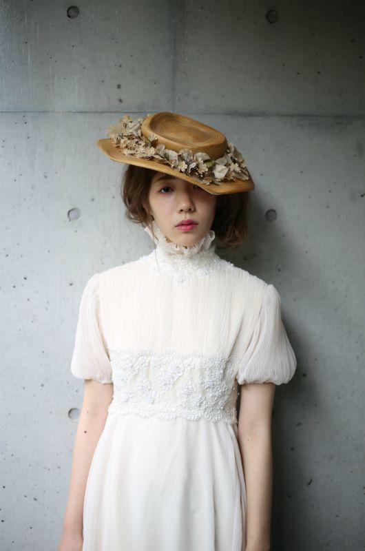 ヴィンテージドレス ヴィンテージウェディングドレス アンティークドレスのレンタルショップTOI ET MOI。 1930~1970 年代頃の 特に見つけることが難しい珍しい物 すなわち「VINTAGE・ANTIQUE」 にこだわり アメリカで手に取った瞬間の思いを大切に お客様をカウンセリング そしてスタイリングすることを心がけています。 vintage dress アンティークヘッドドレス ウェディングドレス 結婚 花嫁 flower ブーケ