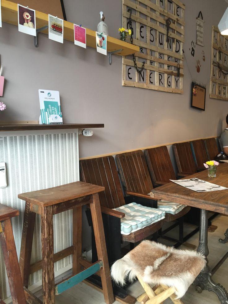 Die Neueröffnung des Rich `N Greens ist ja nun schon ein Weilchen her. Seit Ende April hat der Laden seine Pforten geöffnet und nun haben wir es auch endlich mal getestet und wollen euch ein wenig mitnehmen: Viel Holz, Fellhocker, alte Schulbänke, Tische aus Motorhauben und die Lampen hängen an schweren Tauen. An der Wand …