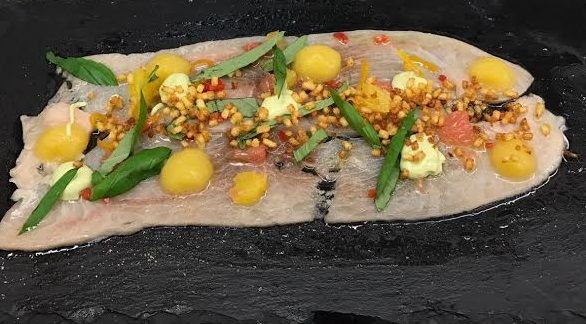Zwaardvis gemarineerd in citrus geeft iets bijzonders. In combinatie met het zoete van de gember en het scherpe van de peper ontstaat er iets heerlijks.