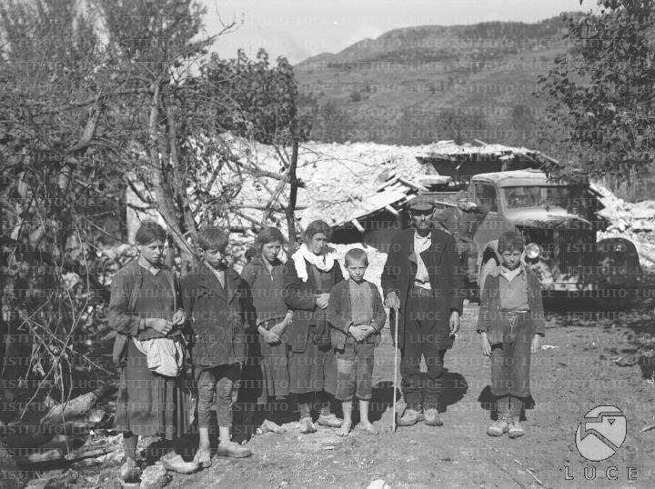 Una famiglia di contadini greci in posa      data01.11.1940 - 30.11.1940