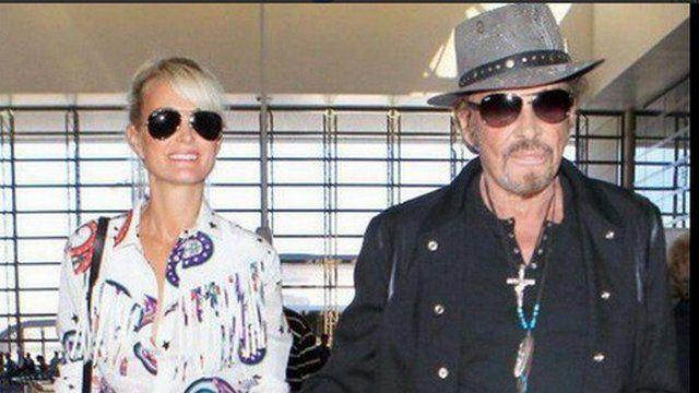 """Johnny Hallyday sera en concert à Nicejeudi et vendredi. Samedi, avec sa femme Laeticia, il a quitté Los Angeles, pour s'envoler vers la France et commencer sa tournée """"Rester vivant"""". Un départ immortalisé par une vidéo prise à l'aéroport de Los Angeles."""