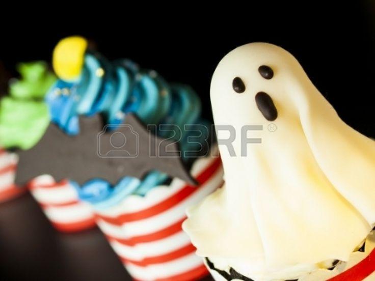 Gourmet de Halloween cupcakes con decoración navideña fondo negro. photo
