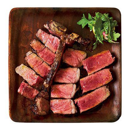 肉ブームの渦中、肉マニアたちはうまいビステッカを探し求めている。評判の2軒を取り上げた。