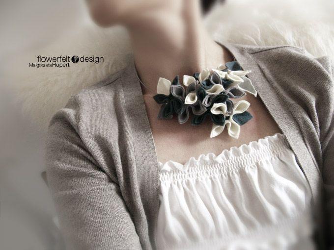 Naszyjnik Ecru With Grey; Projektant:FLOWERFELT DESIGN;  Wartość: 199 zł; Poczucie nowoczesności: bezcenne. Powyższy materiał nie stanowi oferty handlowej