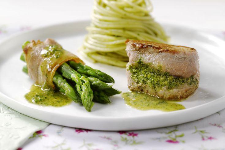 Lekker en origineel is dit varkenshaasje met een pesto op basis van asperges. Heerlijk met aspergerolletjes in spek gewikkeld. Serveer eventueel met w...