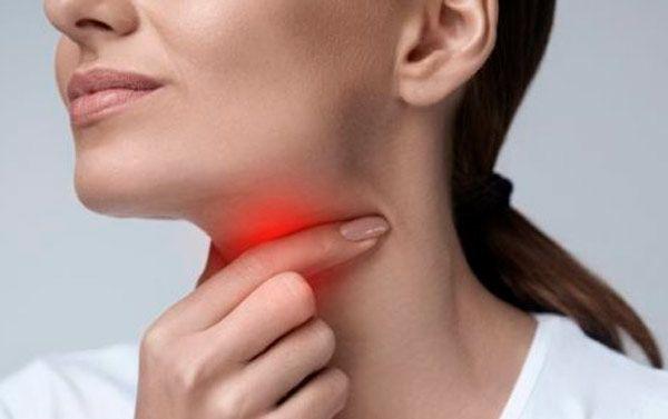 5 علاجات منزلية للقضاء على التهاب اللوزتين التهاب اللوزتين هو مرض شائع وتحدث حالة المرض هذه نتيجة لعدوى فيروسية أو بكتيرية في اللوزتين مما يؤدي إلى عدد من ا