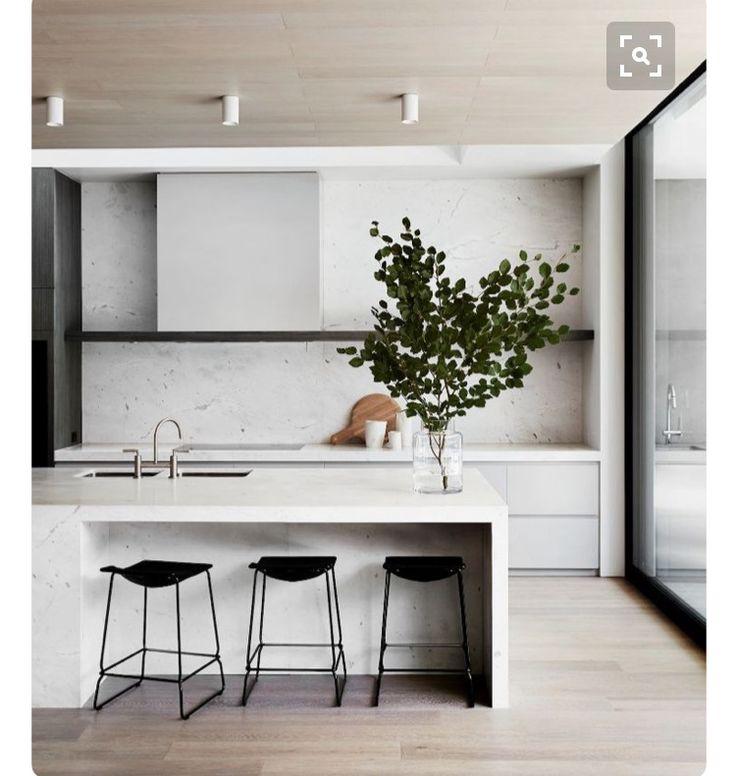 白色為主配上木色平面,黑色線條及層板做點綴
