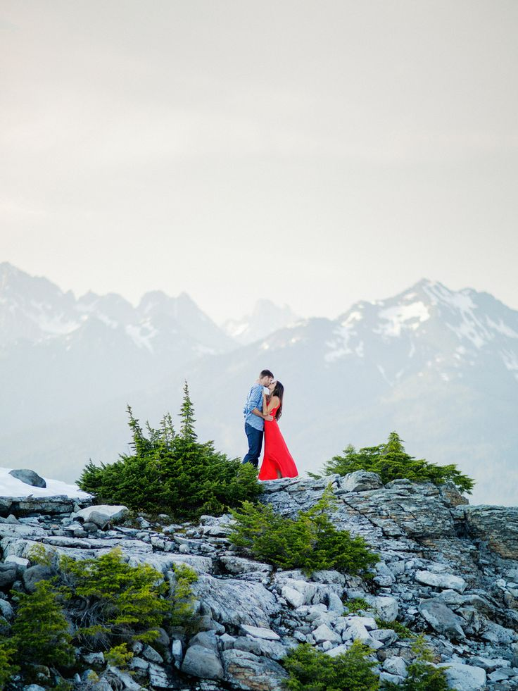 Mountain engagement photos by top Seattle film photographer ©RyanFlynnPhotography. www.ryanflynnphotography.net  ryan-flynn-seattle-pnw-mountain-engagement-film-0029.JPG