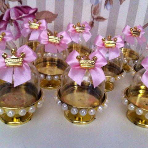 Bom dia ☀️☕️ Mini cupulas personalizadas prontos para viajar ✈️e decorar a festa de um aninho tema coroas da filha @karolineusa26  Ctt whatap 062-9236-2261 #festademenina #decoracaoinfantil #kidsdecor #festa1ano #festaprincesa #festacoroarosa