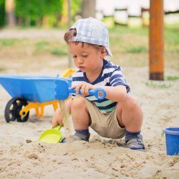 Pocos placeres son mayores para un niño que el rebozarse en la arena. Ya sea en los parques infantiles, cajones de arena o la playa, la arena, además del deleite que pueda proporcionarles, ofrece múltiples beneficios para su aprendizaje, especialmente durante los primeros años de vida.