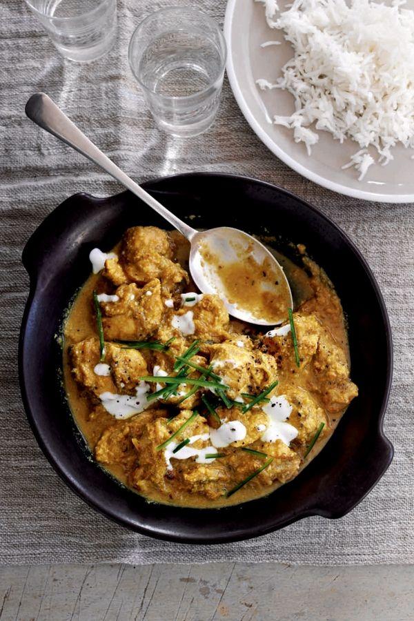 Het specerijenmengsel voor deze curry maak je zelf en dat proef je! De saus is romig maar licht en bereid met yoghurt en amandelen.