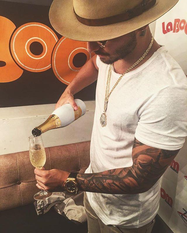 Una copa de una buena champaña en un momento Increíble de mi vida, celebrando todos mis aprendizajes y lo que falta por llegar.. @officialbelaire #WhiteBottleBoyZ