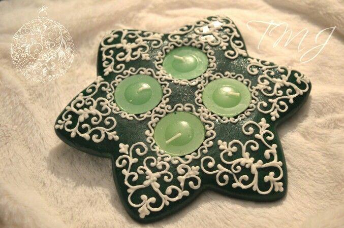 Green star royal icing gingerbread candleholder./Csillag mézeskalács adventi koszorú.