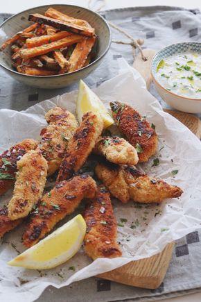 Den perfekta helg middagen med hemmagjorda chicken nuggets, krispiga sötpotatispommes och en enkel yoghurt dipp.