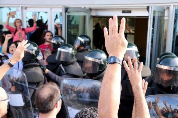 ANÀLISI | Joan Solé @JoanSole_ .- La Catalunya que ahir es va mobilitzar és la mateixa que ens fa estimar aquesta terra. Pagesos amb els seus tractors privant el pas a qui vol robar la democràcia, bombers interposant-se entre les porres de la Guàrdia Civil i de la Policia Nacional i els votants, són els Mossos que no han volgut carregar contra la seva gent, joves organitzant-se per coordinar l'arribada de les urnes, avis i àvies que surten malgrat la pluja i els dolors, milers de ciutadan...