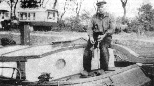 De turfschipper Willem Stenekes op zijn vrachtschip in de opslag Zwartkruis