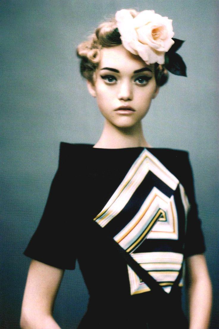 Gemma Ward by Paolo Roversi for Vogue Italia December 2005 日本人では、これがかなりレトロになるはず。人によって、大輪の花がバカっぽく見えるはず。服選びも、ヘア&メイクも、センスがハンパない。